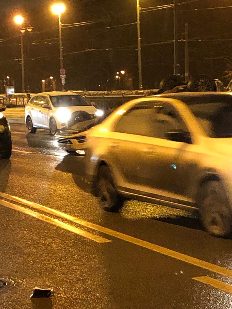 У метро Парк Победы перевернулся на крышу автомобиль В 18:00 вот такая картина