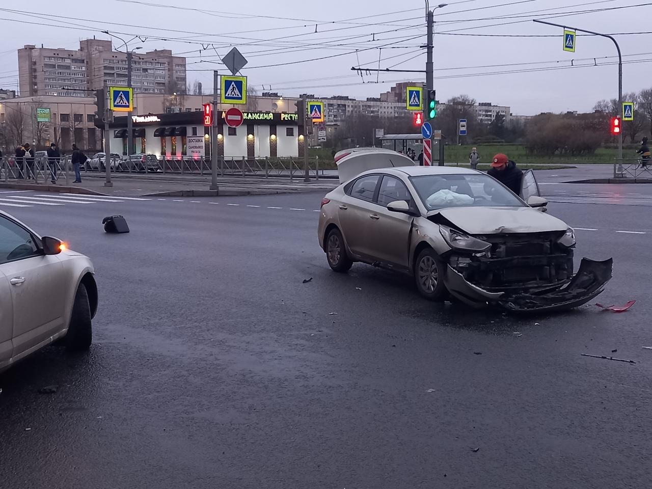 Skoda Октавия получила удар в бок от Соляриса на перекрестке Проспекта Просвещения и улицы Ивана ...