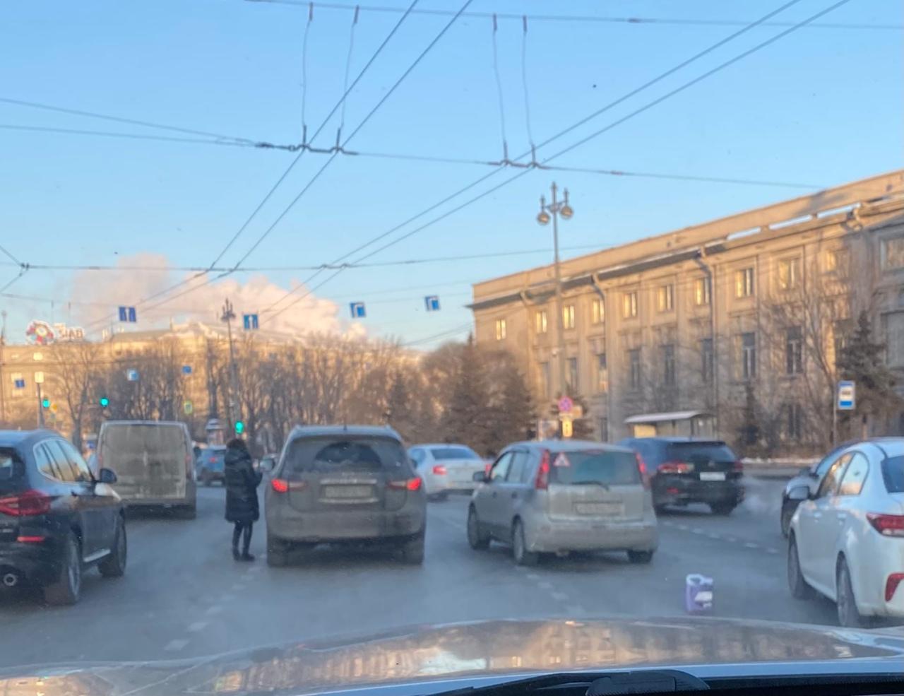 Дама на Infiniti не поделила дорогу с Нотом на Московских воротах, движение затруднено.