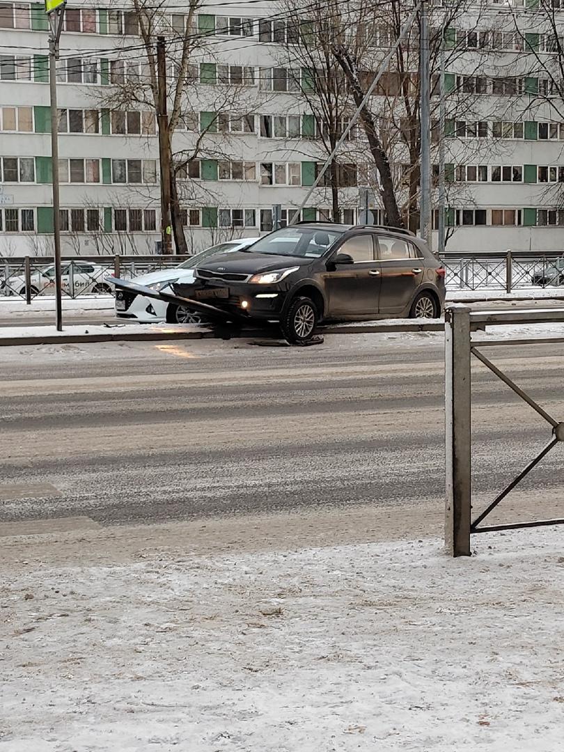 Перед светофором напротив 54/56 домов по Маршала Жукова примерно в 15:45 встретились Solaris и Киа, ...