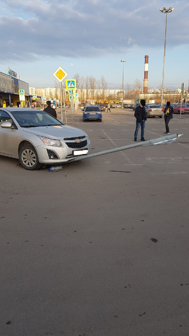 Нелепое ДТП на парковке Ленты на Руставели.