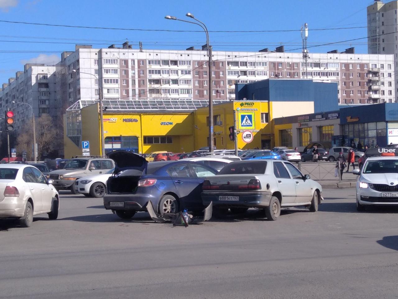 В 14:21 ДТП на Крыленко и Большевиков с участием трёх автомобилей. Один из них Renault бок о бок с сине...