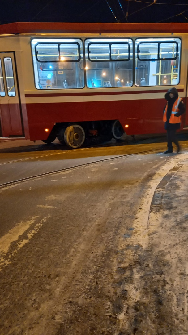 На углу Кондратьевского пр. и ул. Жукова на повороте трамвай сошёл с рельсов.