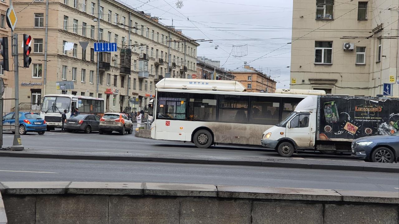 С Ивановской улицы на улицу Бабушкина в сторону Пролетарской не повернуть из-за аварии.