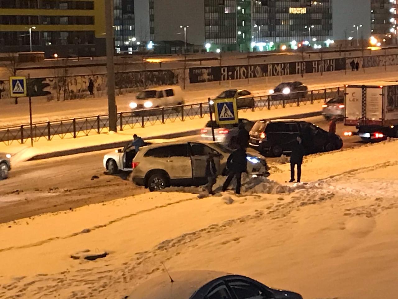 В 19:15 на Парашютной 45 услышал хлопок, выглянул в окно, а там авария. На пешеходном переходе хрома...
