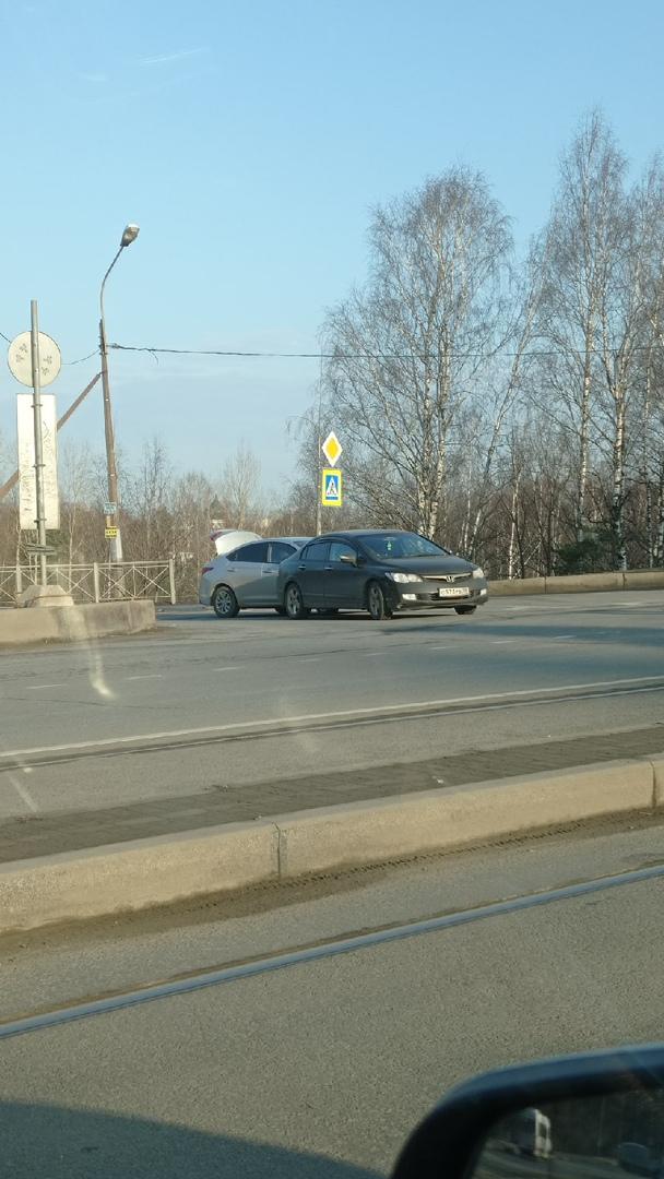 Стандартная ситуация, стукнулись на перекрёстке Энгельса и Поклоногорской. Выезд на Энгельса застру...