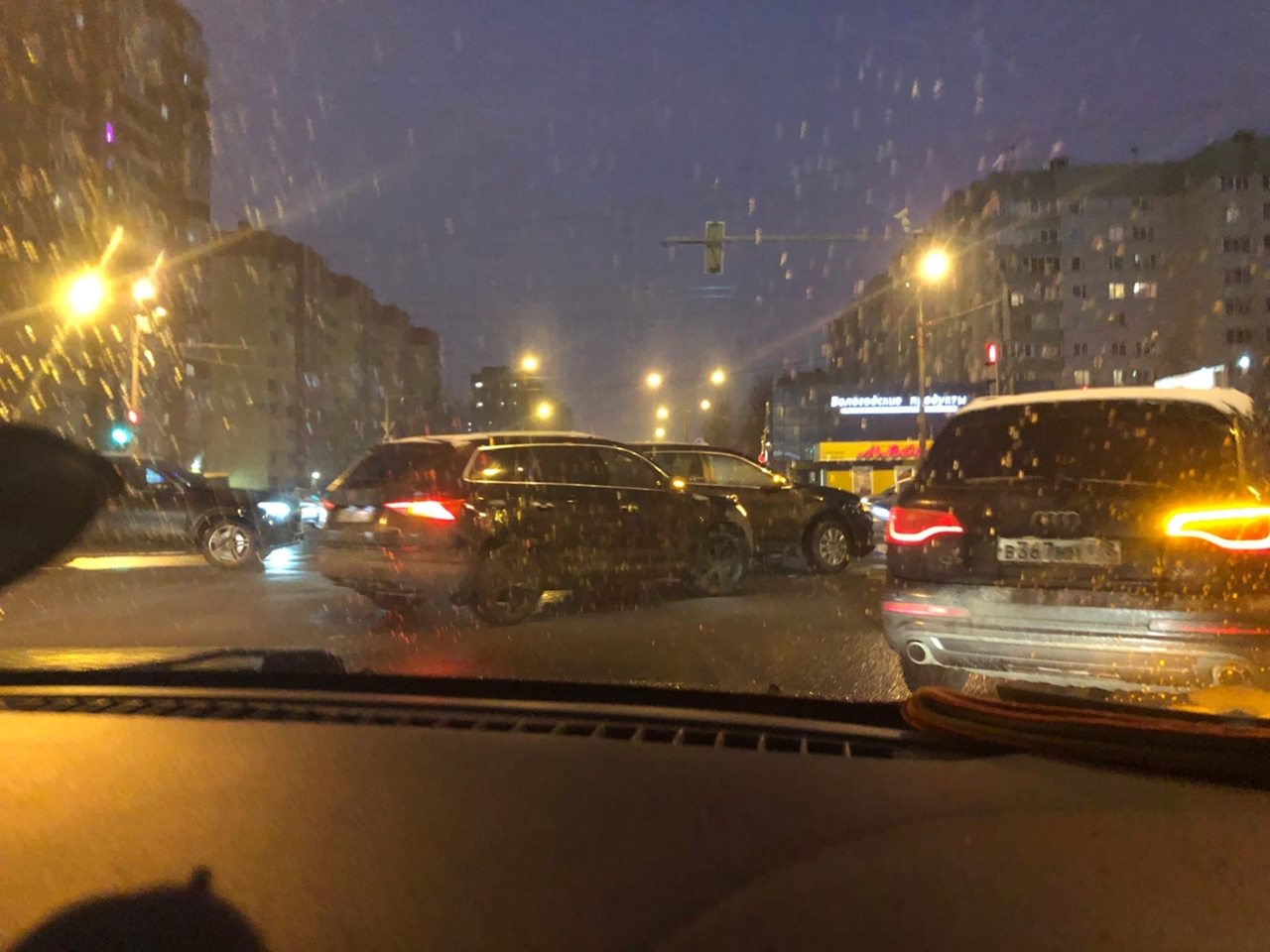 На перекрёстке Яхтенной и Савушкина столкнулись два внедорожника и стоят теперь отдыхают субботним...