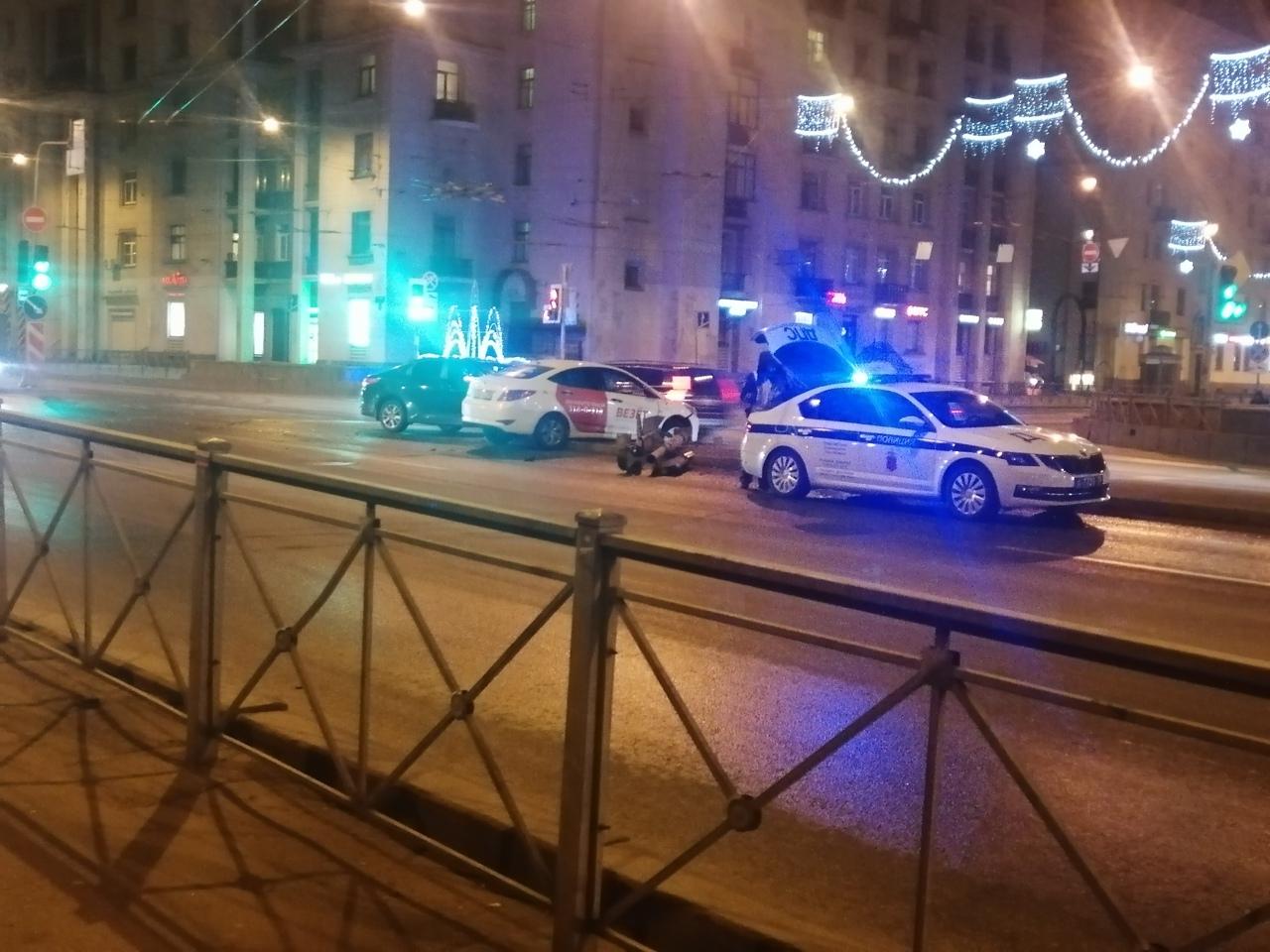 Столкновение и сбитый светофор на перекрестке Ивановской и Бабушкина.