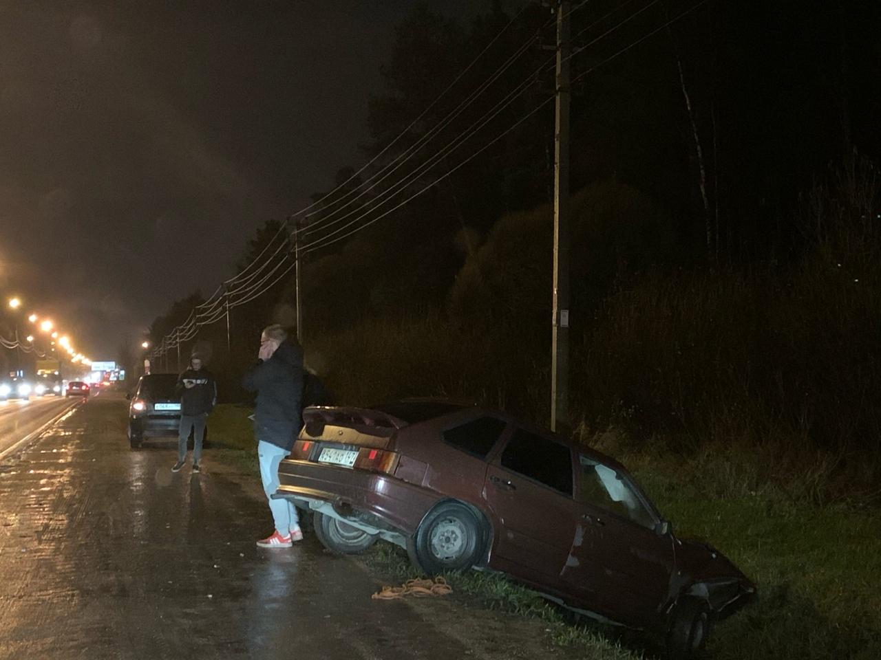 На Красносельском шоссе в Сергиево Ваз ушел в кювет.