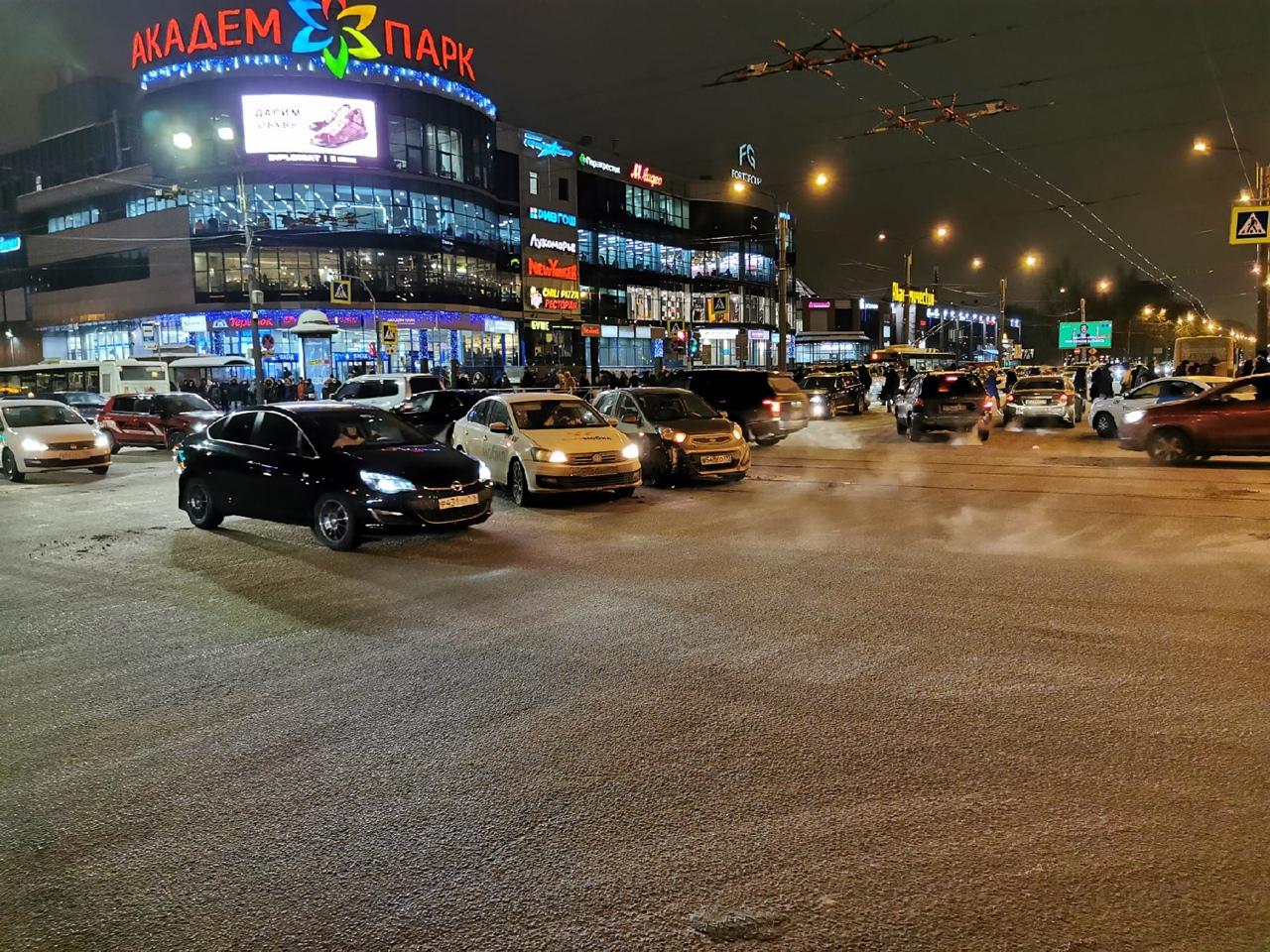 Такси Ситимобиль и малолитражка встретились на перекрёстке у метро Академическая, трамваи встали, пр...