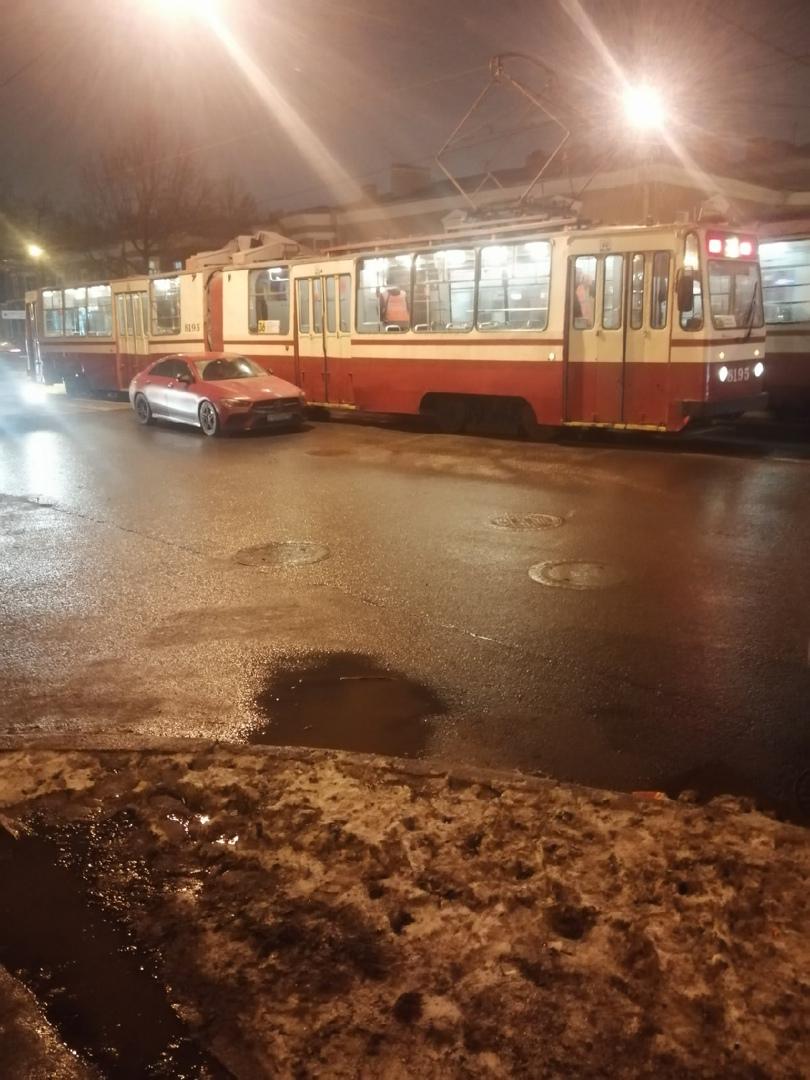 На Трефолева и Турбинной дама на красном Мерседесе притерлась с красным трамваем.