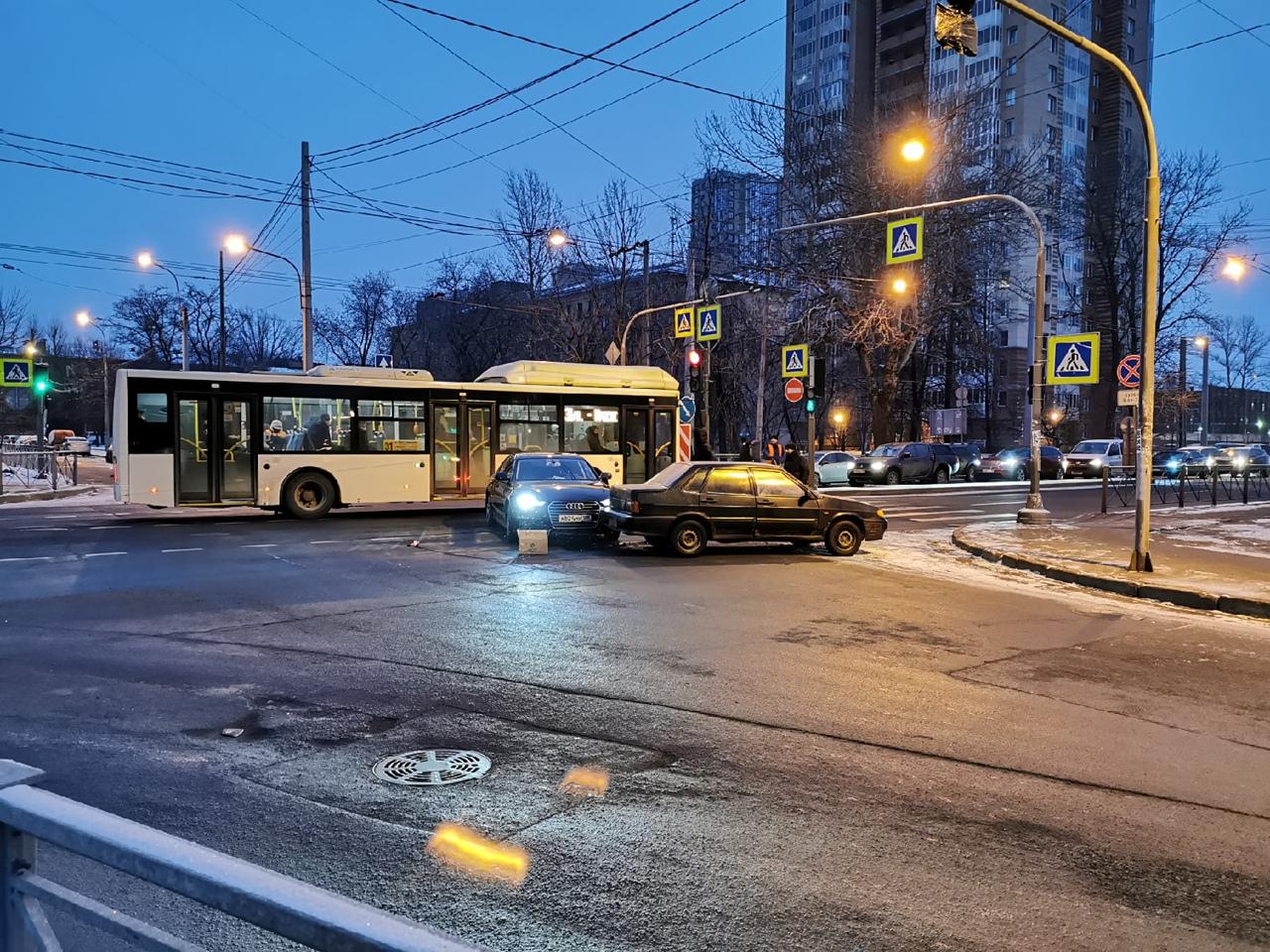 На перекрестке Цимбилина и Седова небольшое ДТП устроили ВАЗ 2115 и Audi