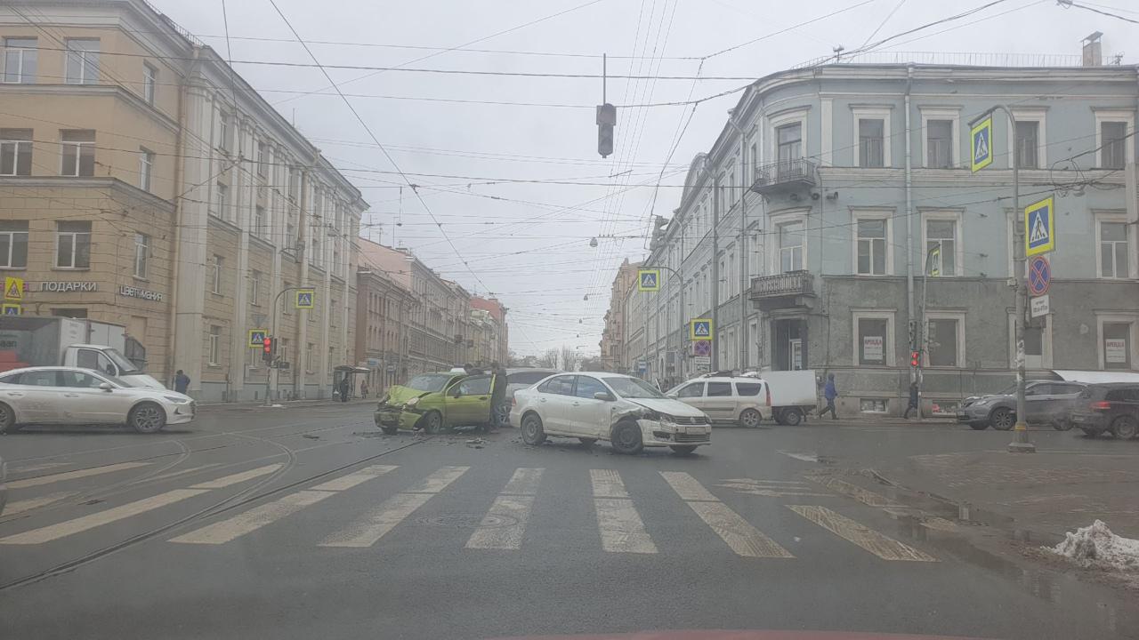 На перекрёстке Садовой и Лермонтовского разбитые Volkswagen и Матиз мешают движению.