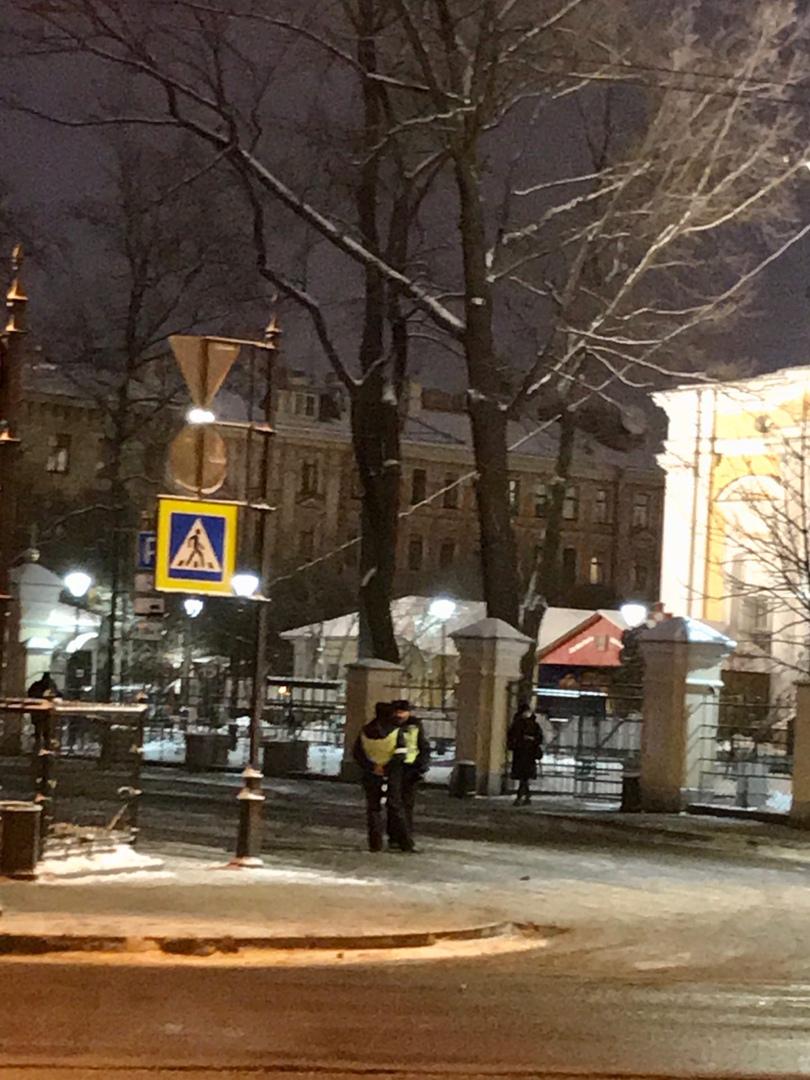 Перекрыто движение сотрудниками ГИБДД в Храмовом переулке. Видимо ожидается визит высокопоставленног...