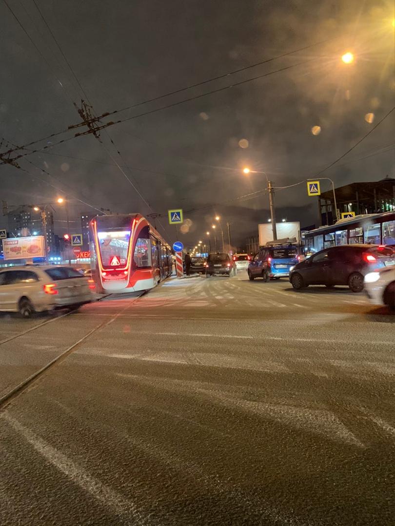 Женщина за рулем черного кроссовера попала в переплет на юго-западе: столкнувшись с автобусом, снесл...