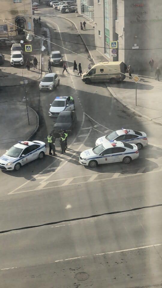 На ДТП с БМВ у Кировского универмага приехали 4 полицейских и скорая В БМВ похоже, что был пьяный во...