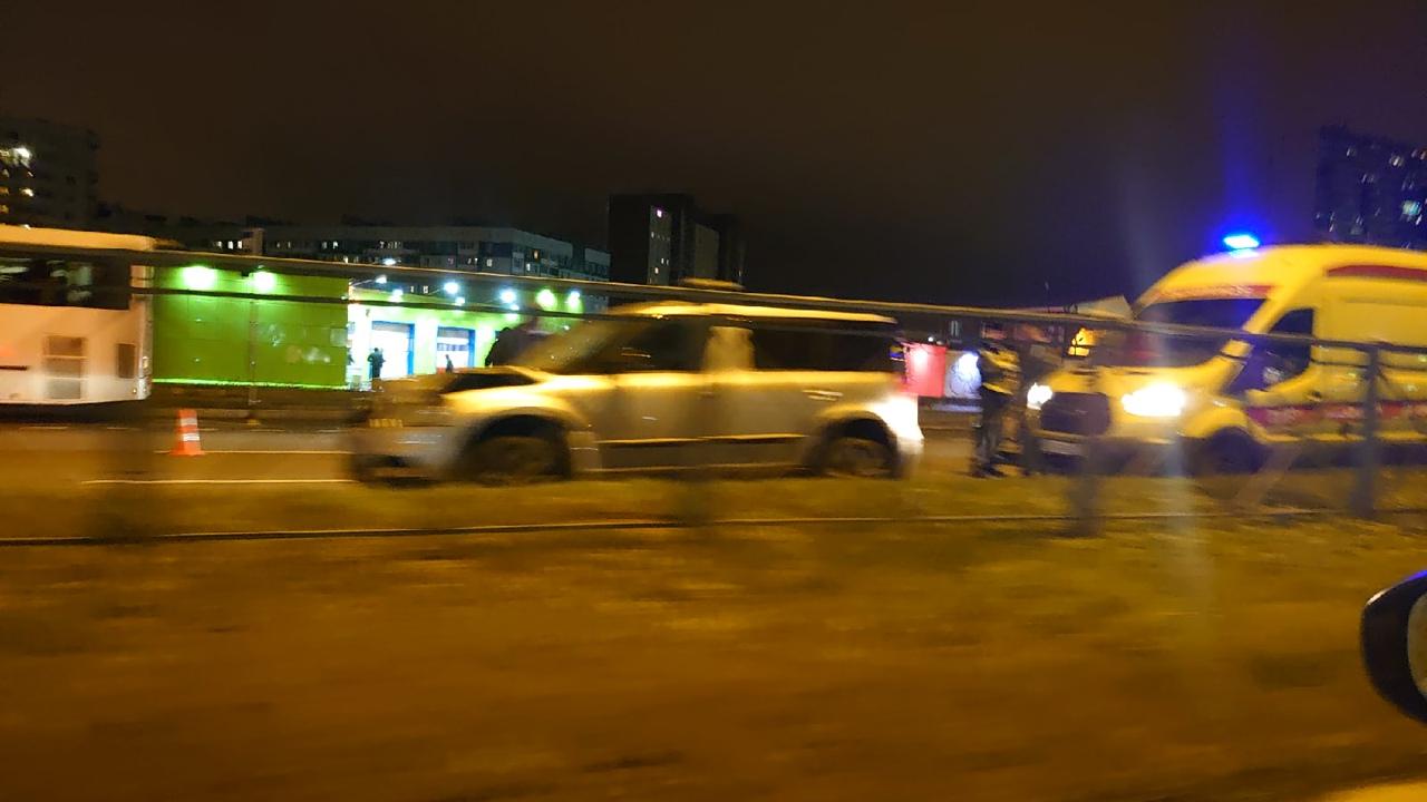 На Парашютной в сторону города сбили пешехода на пешеходном переходе. Лежит тело, скорее всего погиб...
