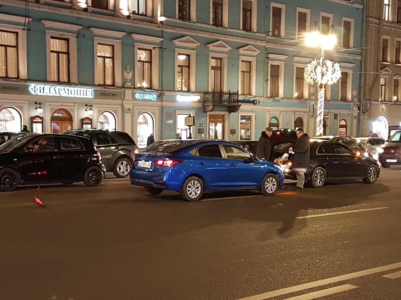 Hyundai догнал Мерседеса на Невском, в левом ряду, напротив входа в метро. Проезду не мешают.
