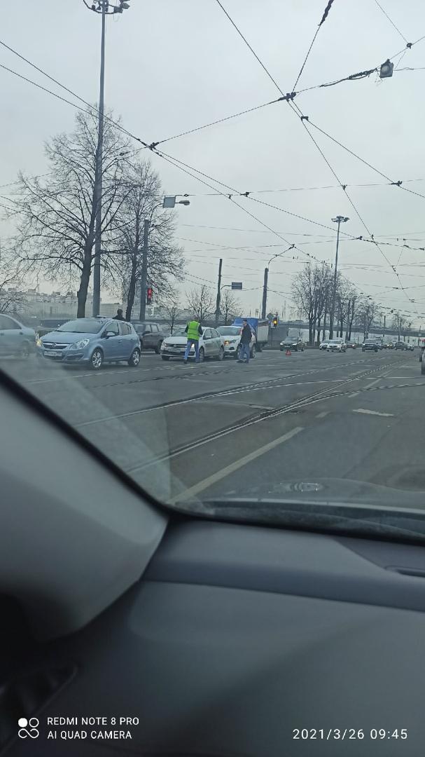 2 каршеринга устроили ДТП Сразу за Володарским мостом, в сторону центра.