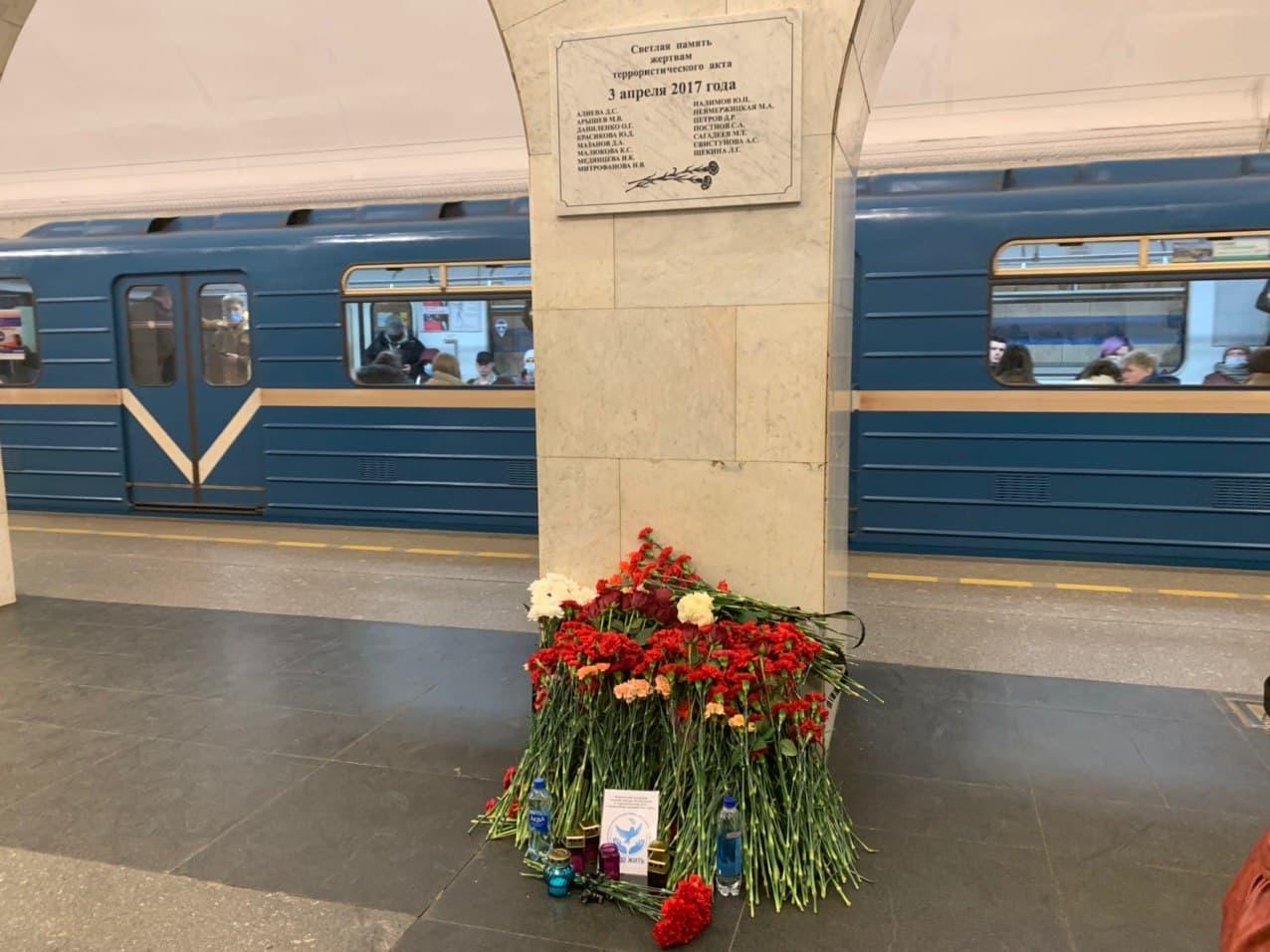 На станции метро Технологический институт помянули погибших в теракте. Напомним, 3 апреля 2017 год...