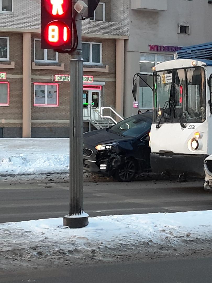 На Гражданском у Непокорённых, проезду не мешают, но непонятно, как паркетник на сугроб залез.