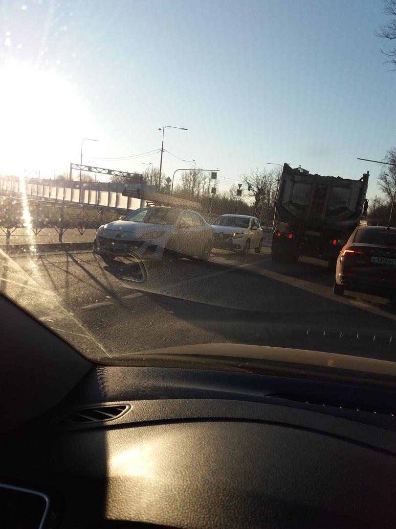 В городе Колпино произошло ДТП на Вознесенском шоссе между Сандеро vs Маздой.