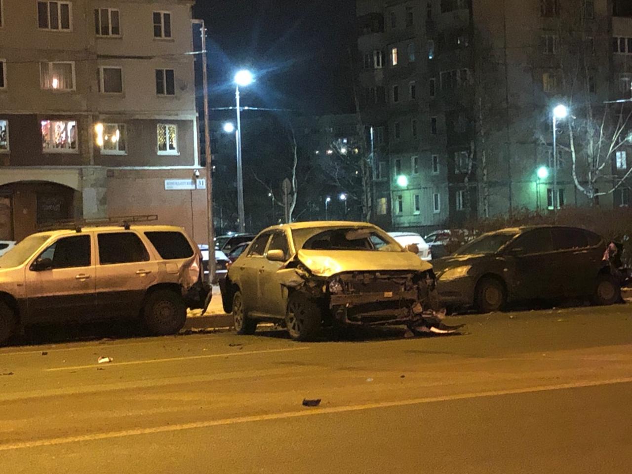 Авария на Комендантском проспекте, 31к1. Задеты две припаркованные машины.
