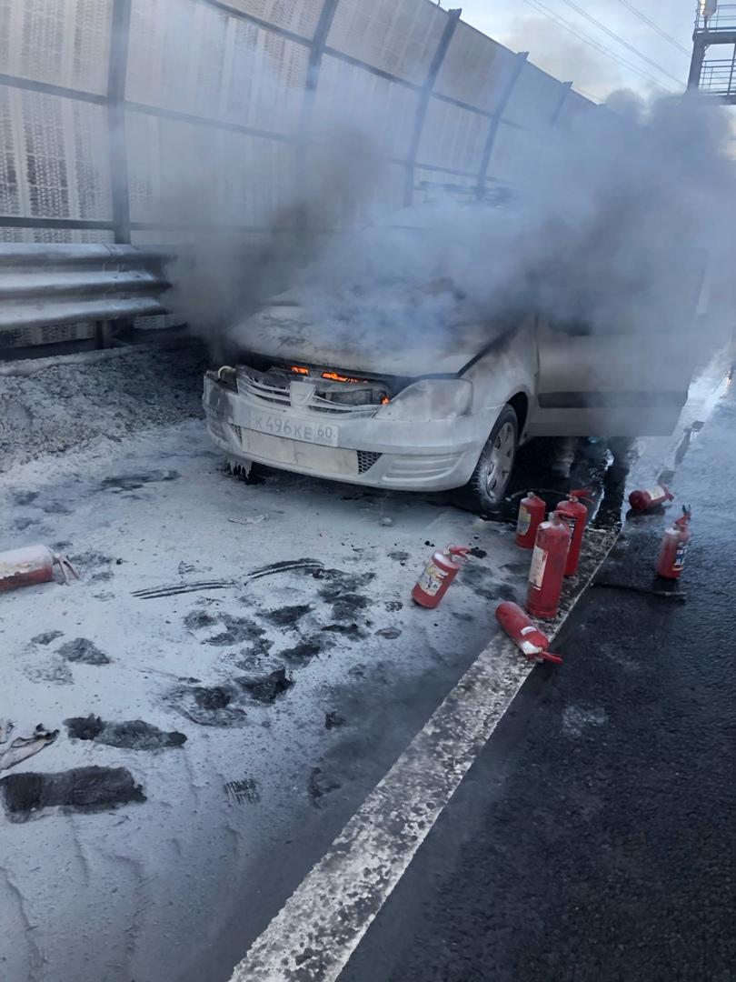 На внутренней стороне КАДа перед Ржевкой загорелась машина Dacia Logan. Более 10 огнетушителей потре...