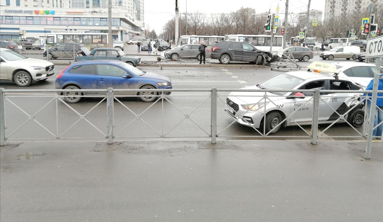 Эксплорер сломал забор на Типанова, перед перекрестком с Космонавтов. на стороне окея заняты прав...