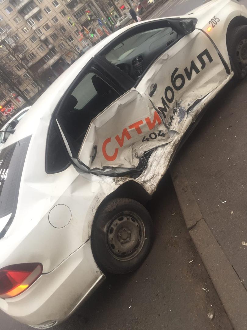 Skoda протаранила такси на перекрëстке Энгельса и Асафьева
