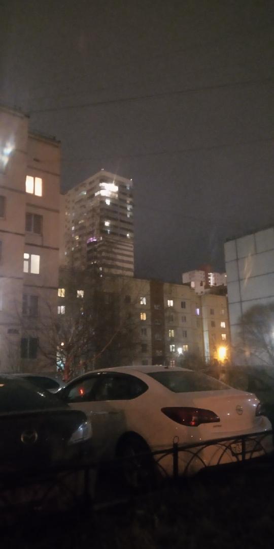 В Шушарах на верхнем этаже одного из домов человек три раза посветил фонарём, стучит в окно.. Люди, ...