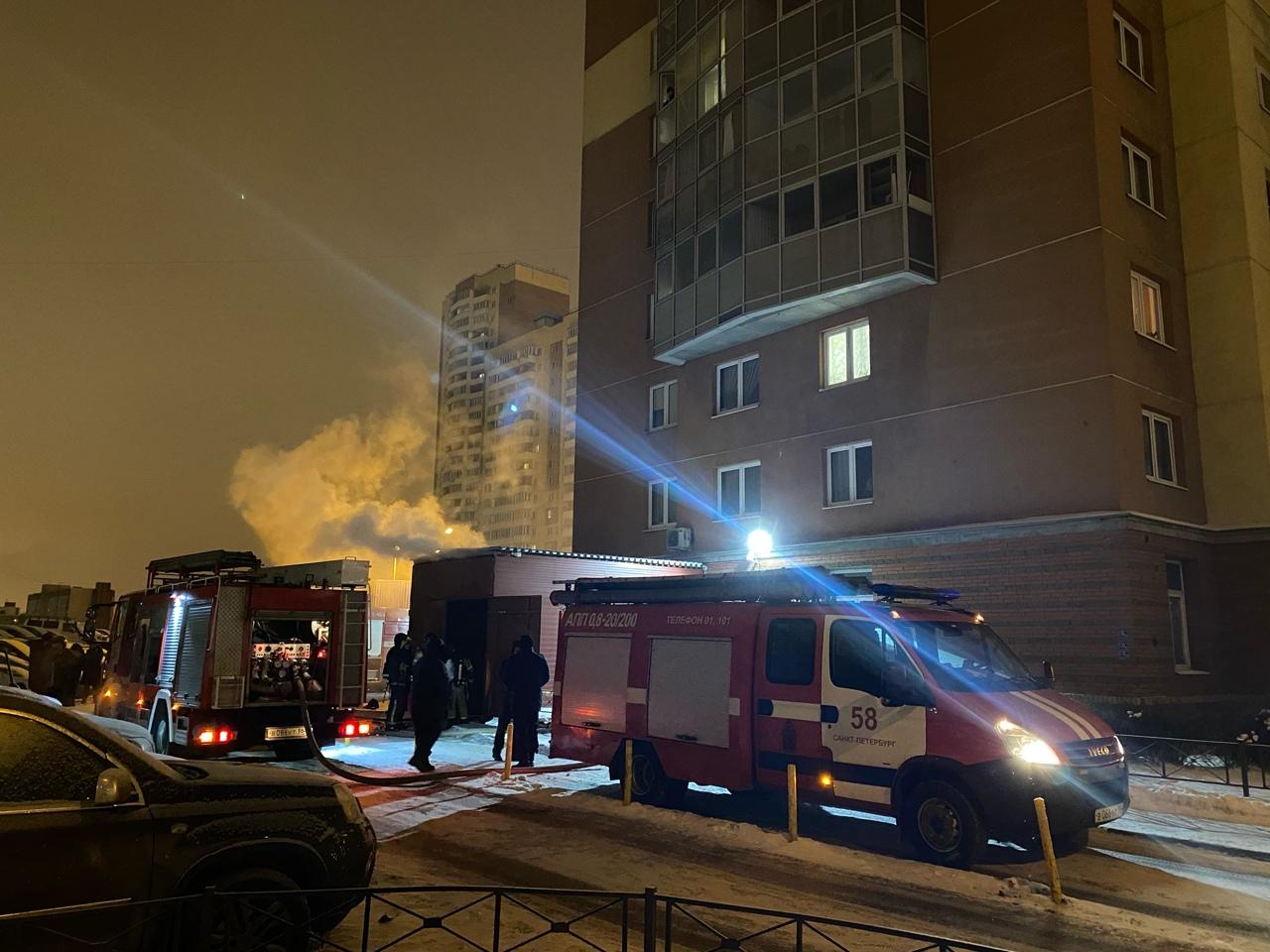 На Дунайском, 55 горит предположительно производство «два берега». Четыре пожарные машины работают.