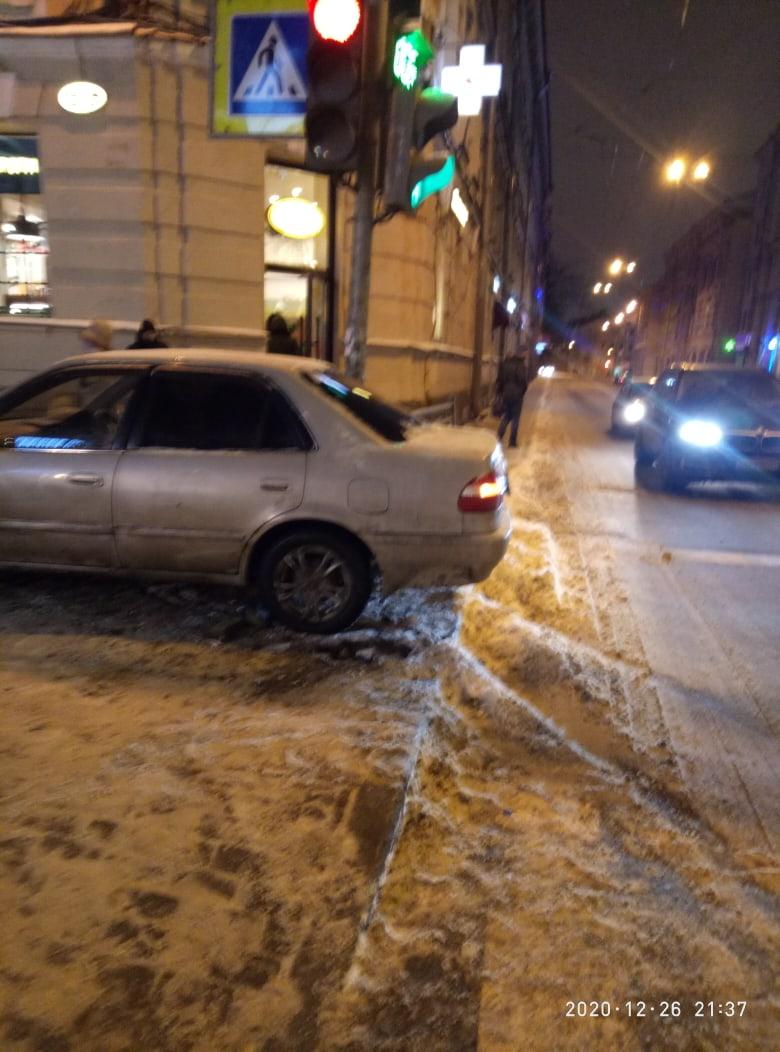 На площади Ленина колесы зацепились за рельсы и автомобиль выбрасило на тротуар. Пострадавших нет