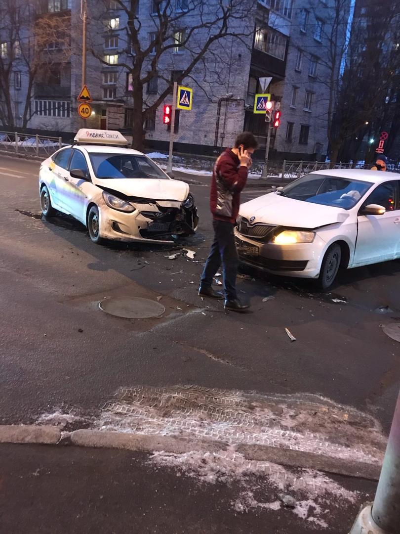 Skoda и Hyundai столкнулись на перекрёстке Пархоменко и Институтского.
