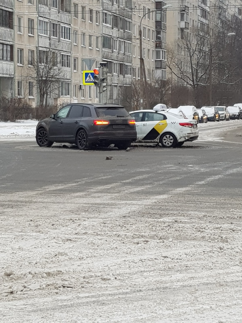 Audi и такси на поделили Проспект Художников и Сиреневый бульвар