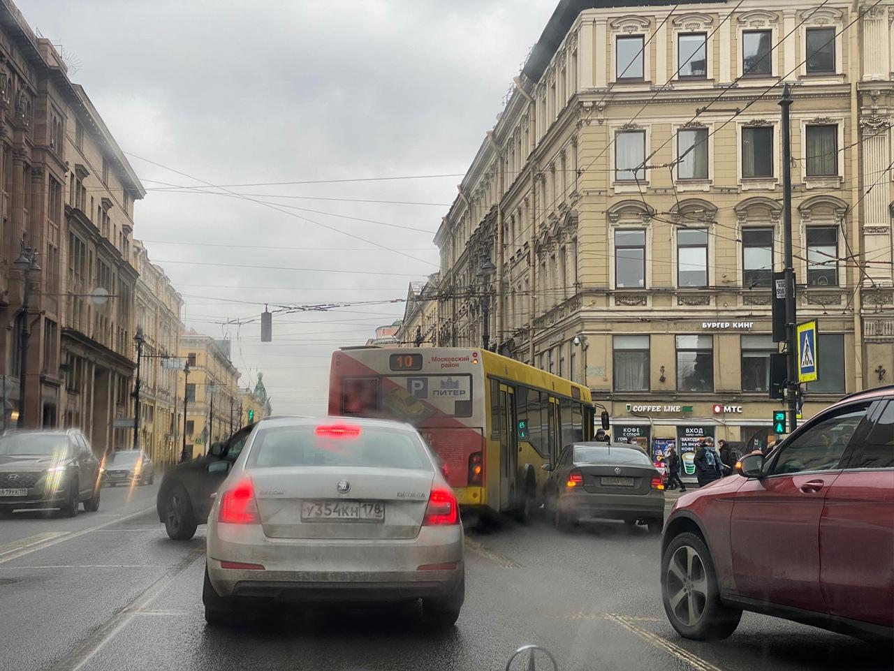 С Невского на Малую Морскую улицу водитель автобуса АО «Третий Парк» решил повернуть направо со втор...