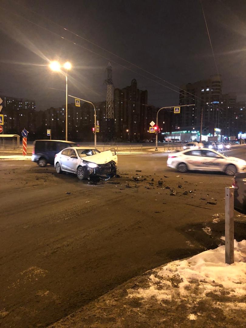 На углу Кондратьевского и Маршала Блюхера в 23:17 произошло ДТП, водитель на белой Рио, не пропустил...
