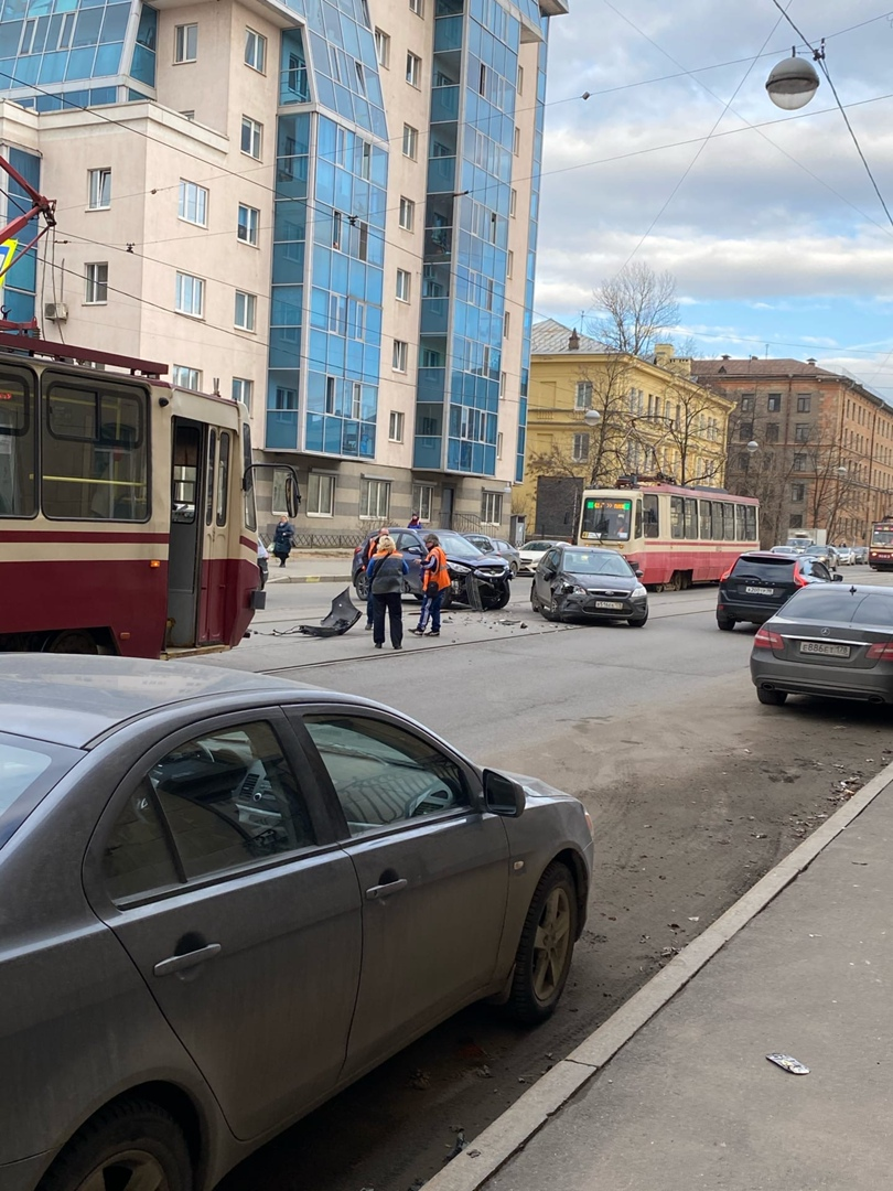 Hyundai и Ford столкнулись на улице Трефолева, между Стачек и Говорова , трамваи стоят в обе стороны, ...