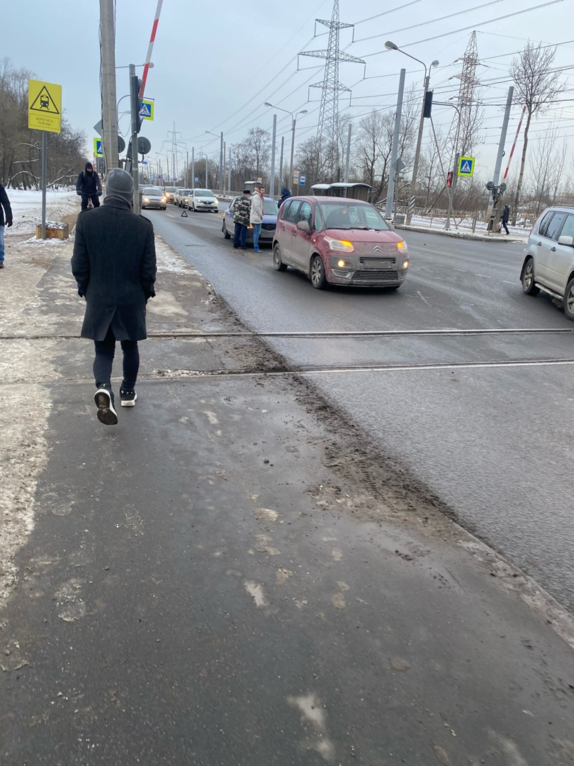 Mazda ударила Ситроен на переезде Петергофского шоссе. Собирается пробка