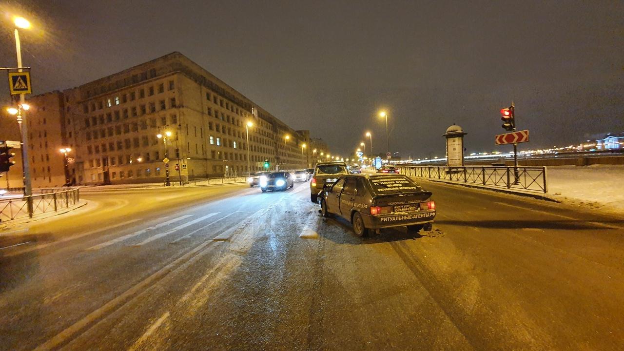 На перекрестке Воcкресенской набережной и Потёмкинской Стас Барецкий на четырнадцатой догнал Рендж Р...