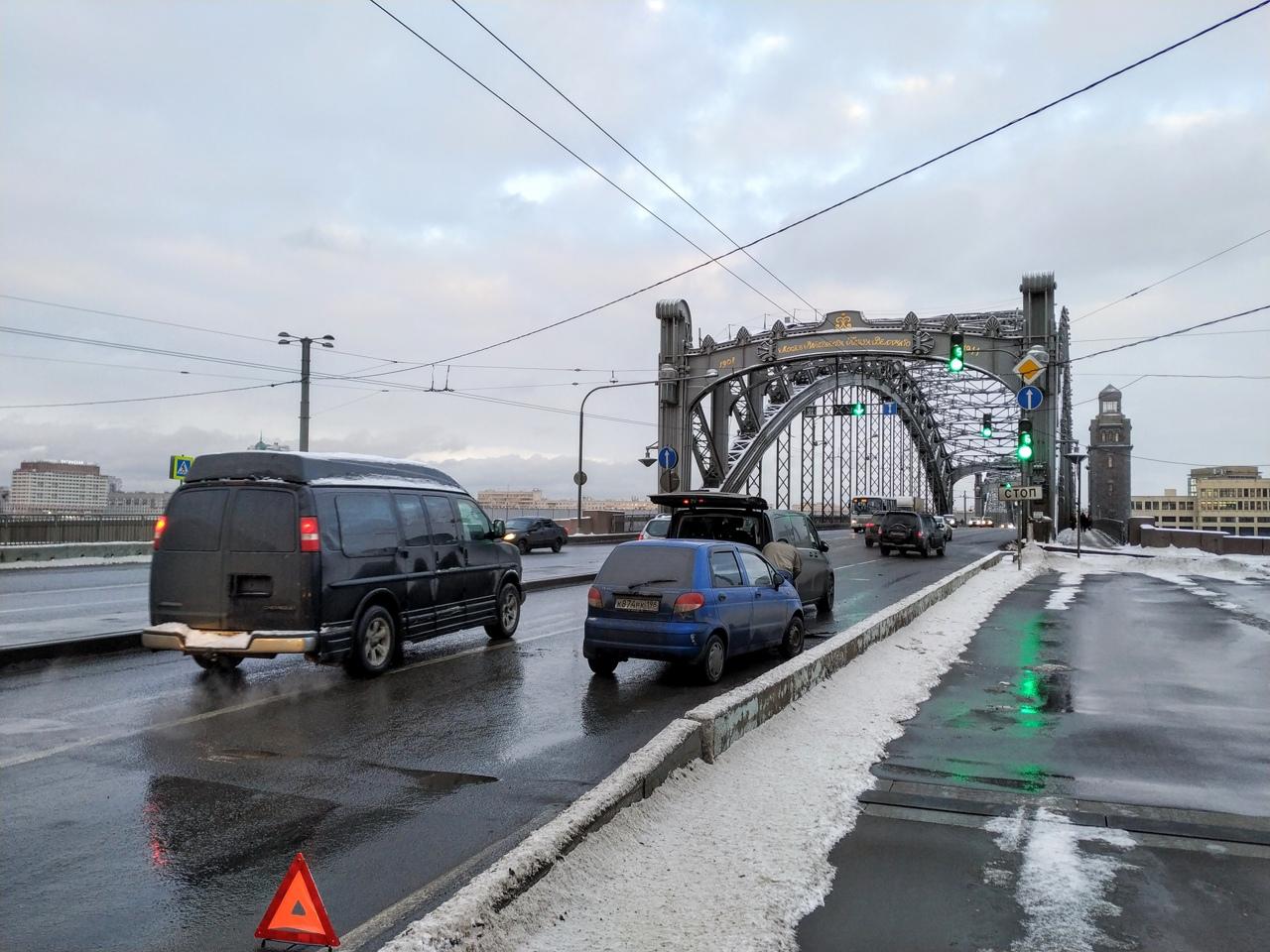 Как организовать транспортный коллапс на подходах к Большеохтинскому мосту? Всё просто, достаточно у...