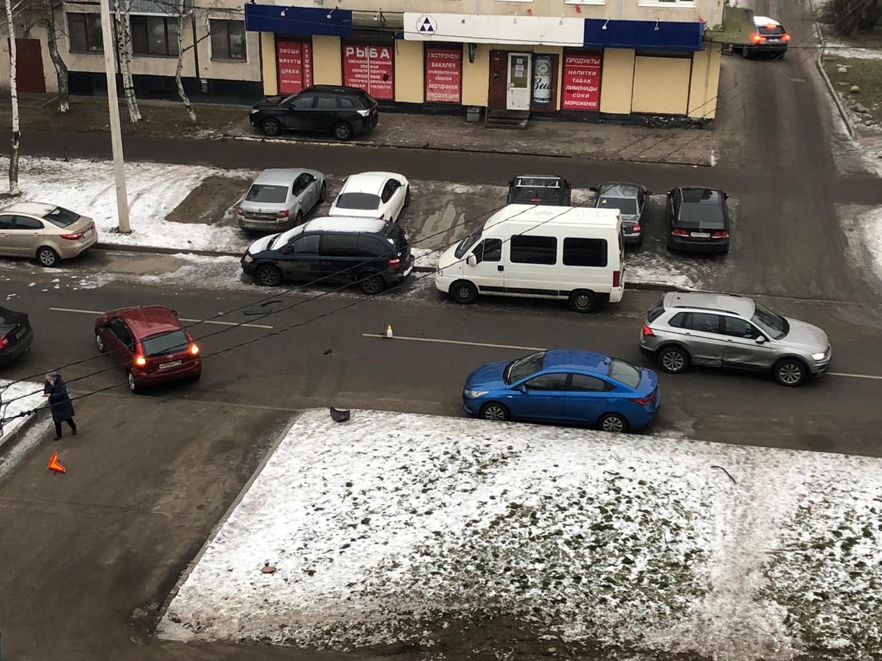 В Андреевском переулке утро не задалось у водителей Калины и Тигуана