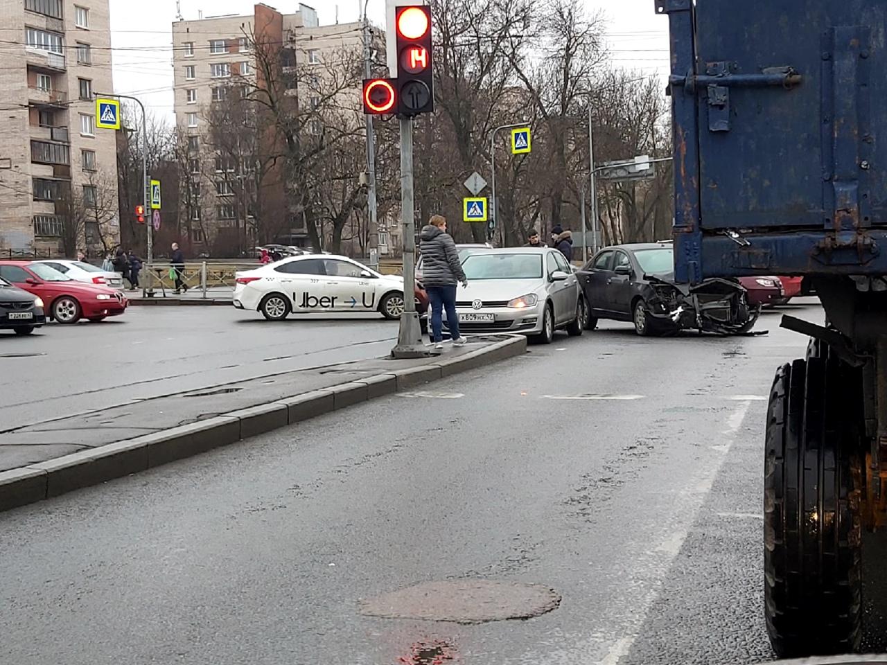 Три машинки не поделили перекресток Трамвайного проспекта и Стачек