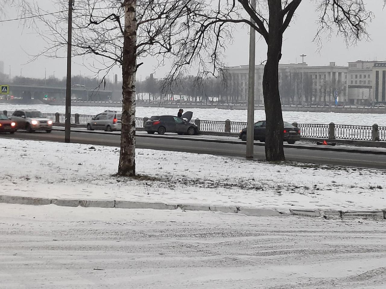 В 16:02 на Октябрьской набережной перед Новоселов в сторону кольца Peugeot занесло на лёгком повороте. ...