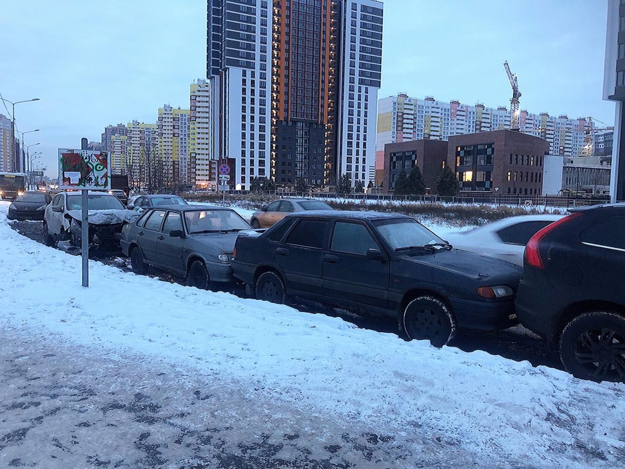 Несколько машин подбил водитель каршеринга ночью на Плесецкой улице в Приморском районе
