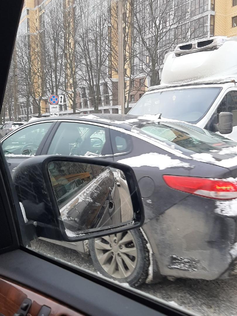 На Варшавской улице, около Мебельного континента, Газель въехала в бок Оптимы.
