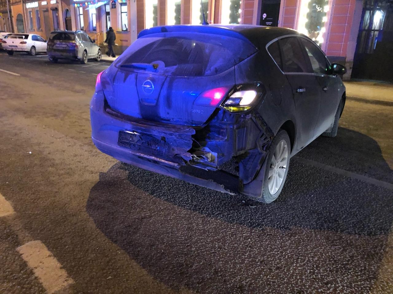 На улице Жуковского у дома 41 произошло ДТП с участием полиции. Они влетели в меня сзади, когда я о...