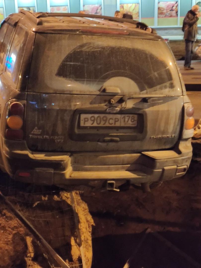 Авария на перекрёстке Ветеранов и Козлова. Водитель влетел в ограждение и потом пытались с пассажиро...