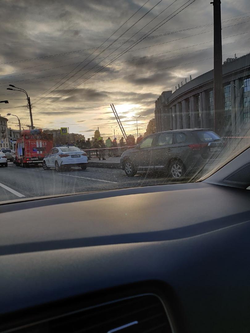 Кого-то вытаскивают из Обводного канала рядом с Московским проспектом.