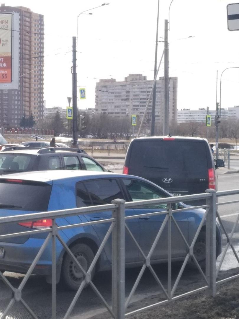 Притерлись на Петергофском шоссе рядом с улицей Партизана Германа. Стоят, 1,5 полосы перекрывают.